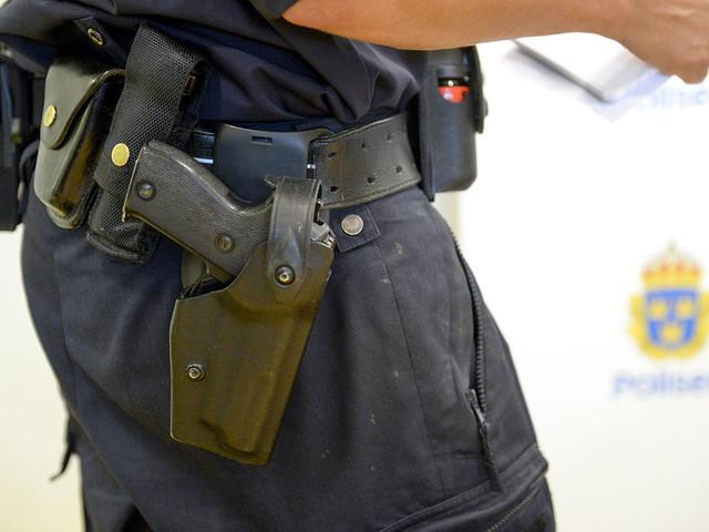 Man försökte ta polisvapen