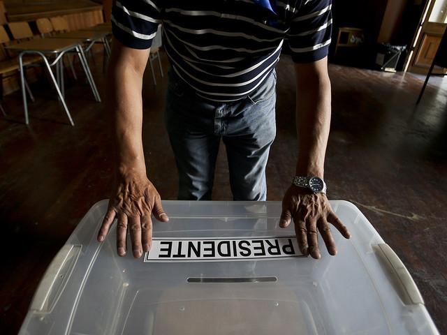 Chile väljer väg i tätt presidentval