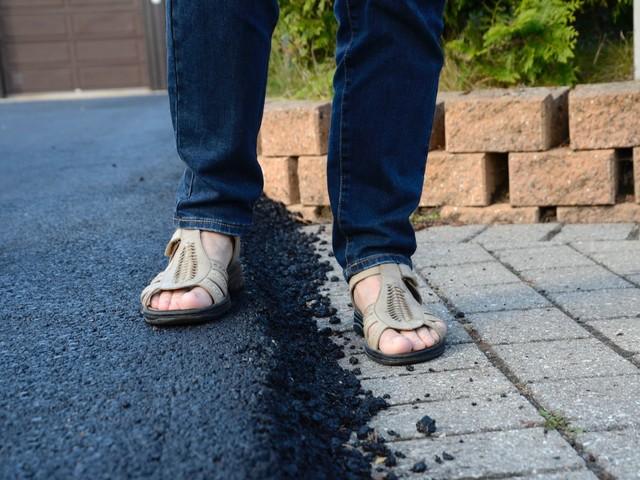 Ny asfalt på vägen – då sabbas uppfarten för villaägarna
