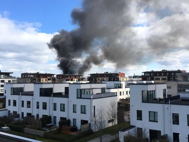 """Stor rökpelare från Limhamnsbrand: """"Det brinner kraftigt"""""""