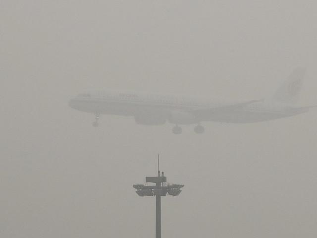 Oväder ställer in hundratals Pekingflyg