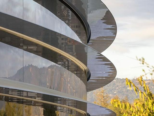 Apple-anställda går in i väggen – bokstavligt talat