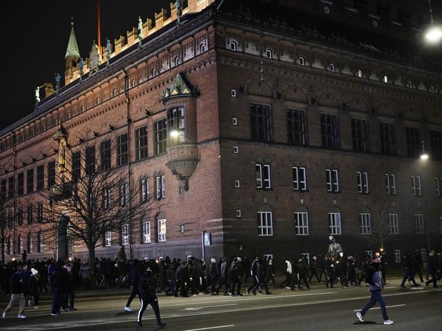 Svartklädd protest mot virusregler i Danmark