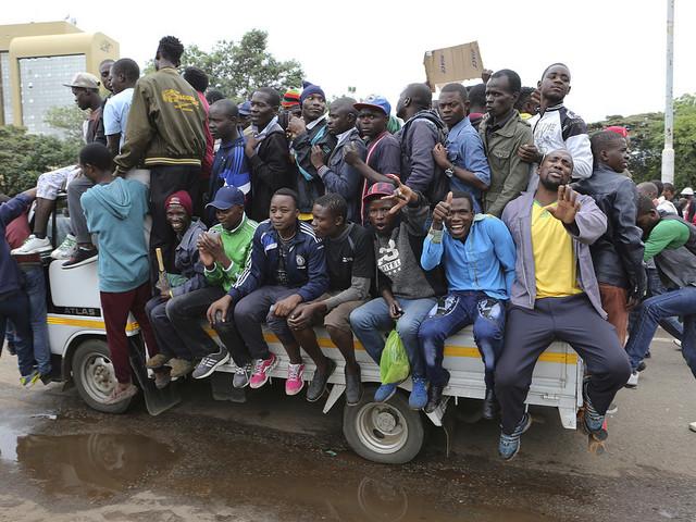 Känslostarka protester på Harares gator