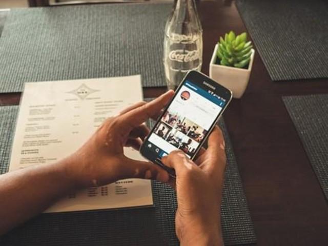 Är du vänsterhänt? Så här ställer du om mobilen så den passar dig!