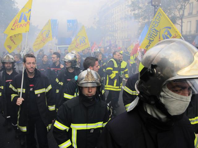 Vattenkanoner mot brandmän i Paris