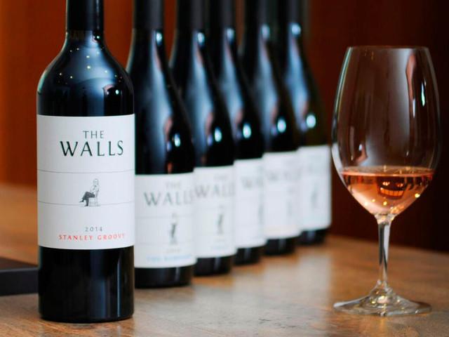 En ung vingård i Washington, The Walls