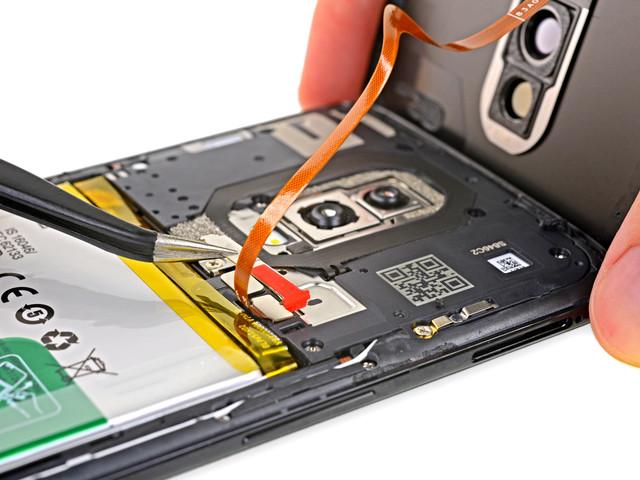 Batteriet är lätt att ersätta i OnePlus 6 enligt IFixIt