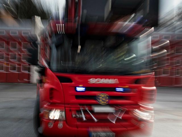 Kraftig brand i lägenhet på Augustenborgsgatan – en person förd till sjukhus
