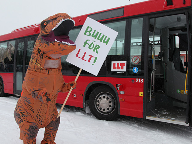 """Bussbolaget blir fossilfritt – kastar av """"dinosaurier"""" från bussen"""