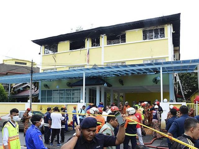 Tonåringar anklagas för dödlig skolbrand