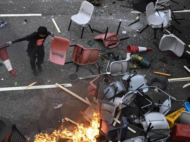 Stängda skolor i allt mer våldsamt Hongkong