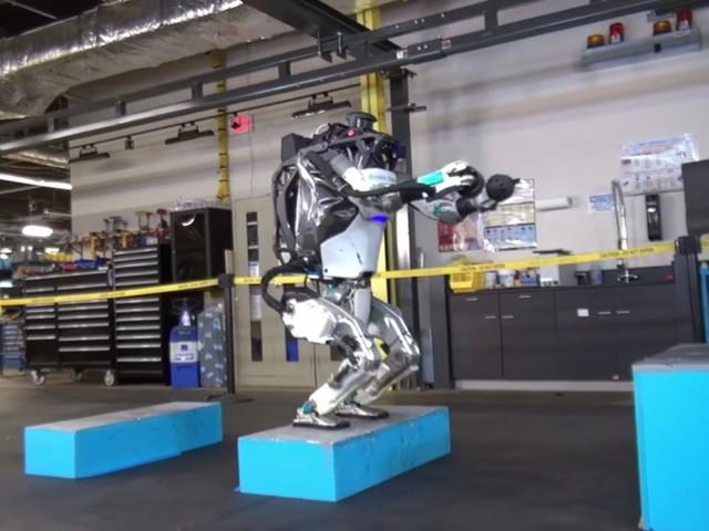 Se roboten Atlas hoppa jämfota och göra bakåtvolter