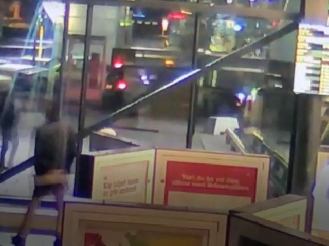 Taxichaufför försökte meja ner två ordningsvakter utanför centralen