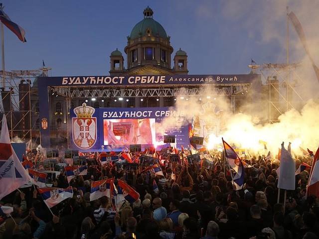 Tusentals visade stöd för Serbiens president