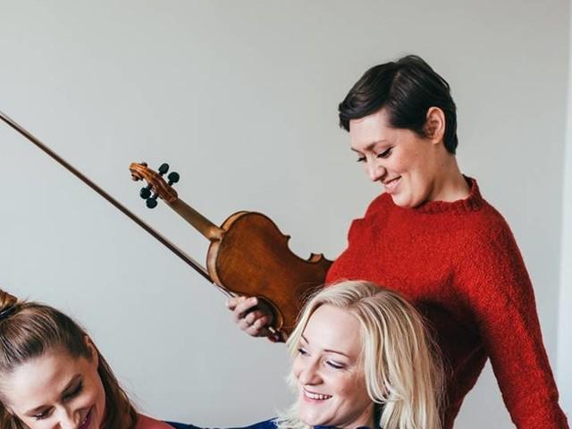Trio spelar på Bror Hjorths hus