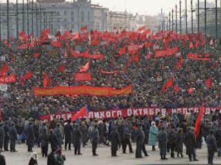 De flesta ryssarna anser att Sovjetunionens kollaps var dålig. Stark opinion för socialism i Ryssland och USA.