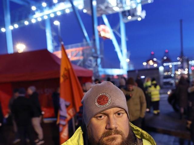 Fackklubbar skänker pengar till hamnarbetarna