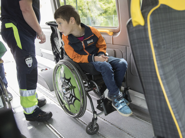 Säkerhetsrisk att åka färdtjänst i rullstol – David, 10, bröt armen