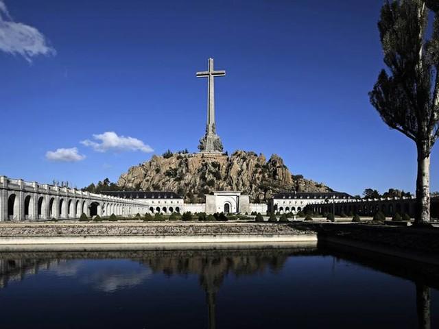 Krigsoffer kan grävas upp efter Franco