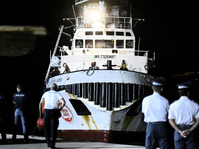 Omstridda migranter har gått iland