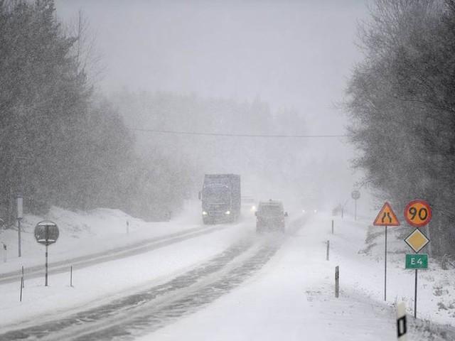 Kraftigt snöfall och hårda vindar i norr