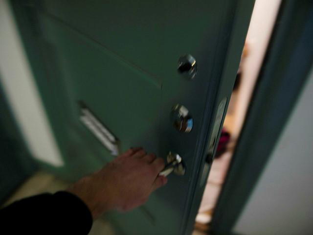 Man rånades i sin lägenhet av flera maskerade män