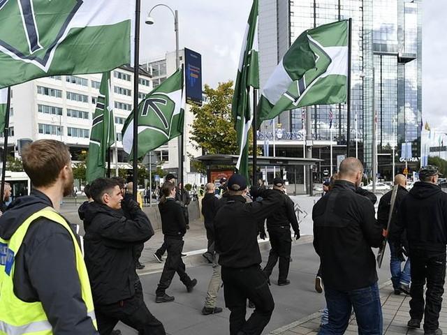 De flyttar vigseln – på grund av nazistmarsch