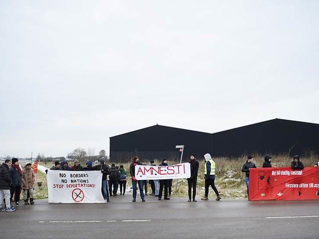 Första utvisningen möts av protester