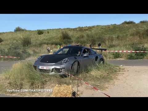Porsche-förare kommer lite för snabbt inför en kurva och kraschar