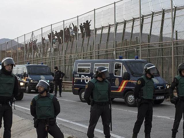 Två trampade till döds vid gränskontroll