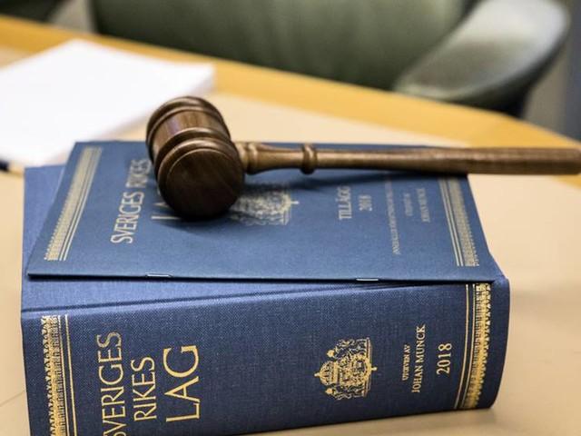 Par åtals för att ha låst in sina små barn