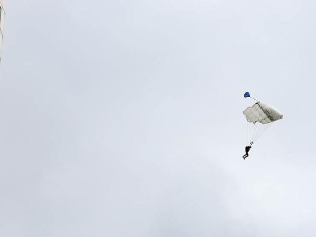 Hoppade från höghus – fallskärm utlöstes inte