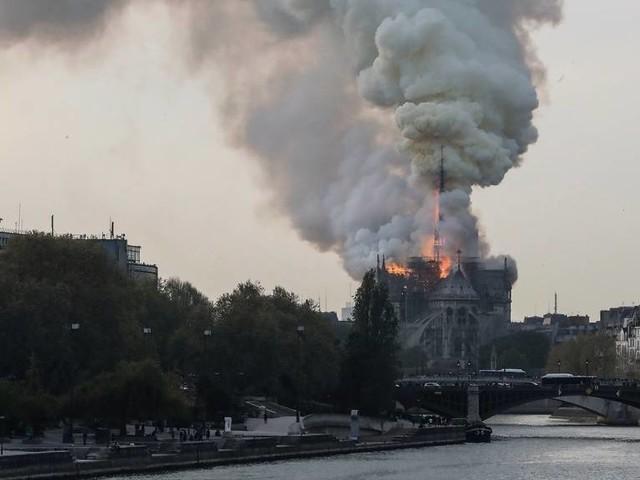 Katedralen Notre-Dame i Paris brinner