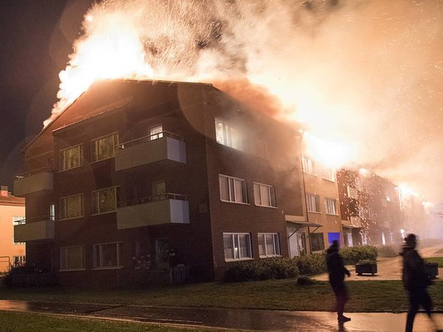 Kraftig brand i flerfamiljshus i Enköping