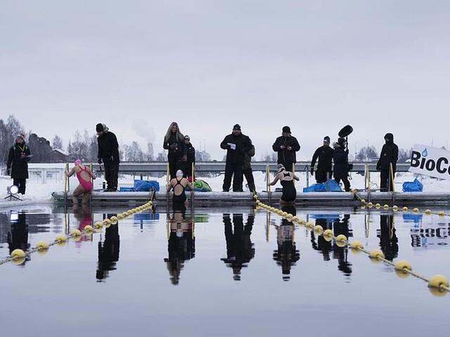 Simmare från hela världen trotsar iskylan