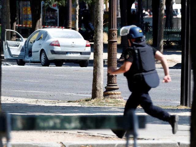 Polisbil rammades i Paris – terrorutredning inledd
