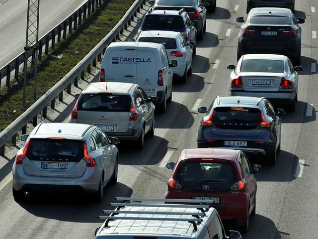 Lastbil som havererat stoppar upp trafiken