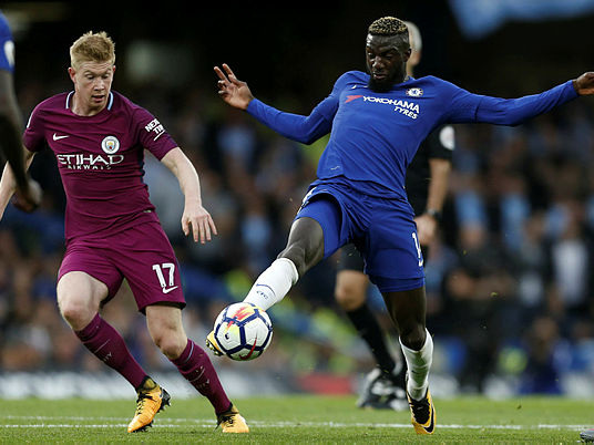 De Bruyne rocket sinks Chelsea, United rout Palace