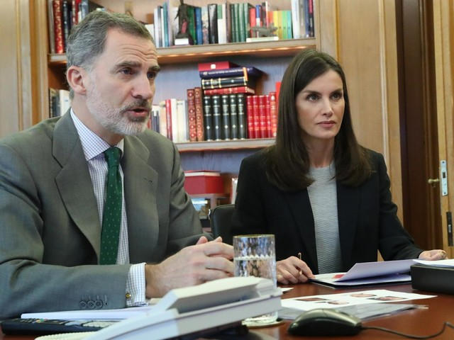 Spain's King Felipe & Queen Letizia are teleconferencing from home responsibly