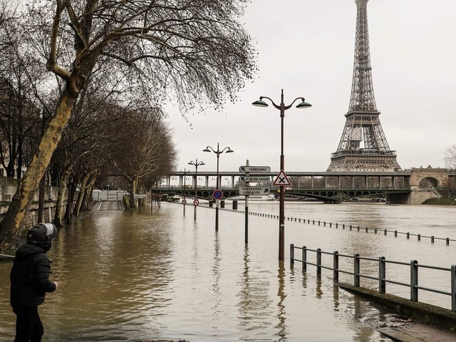 Dramatic photos of flooded Paris as the Seine overflows