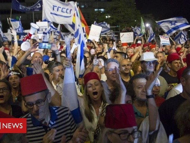 Israel protests: Thousands rally against Netanyahu immunity