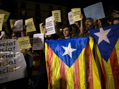 Senior separatists held as Madrid piles pressure on Catalonia