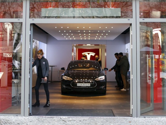 Elon Musk just emailed all Tesla employees to 'clear things up' about the company's plan to close stores (TSLA)