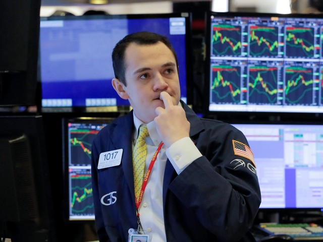 US stocks trade mixed as investors weigh strong earnings against stimulus holdup