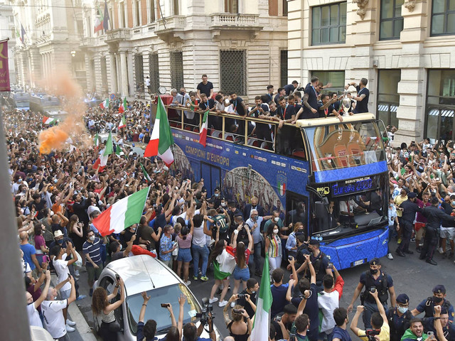 Italy's Euro 2020 heroes blamed for Covid rise after open-top bus tour in Rome to celebrate win over England