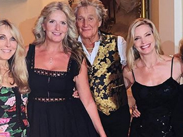 Rod Stewart Poses With 4 Mothers of 7 of His Children!