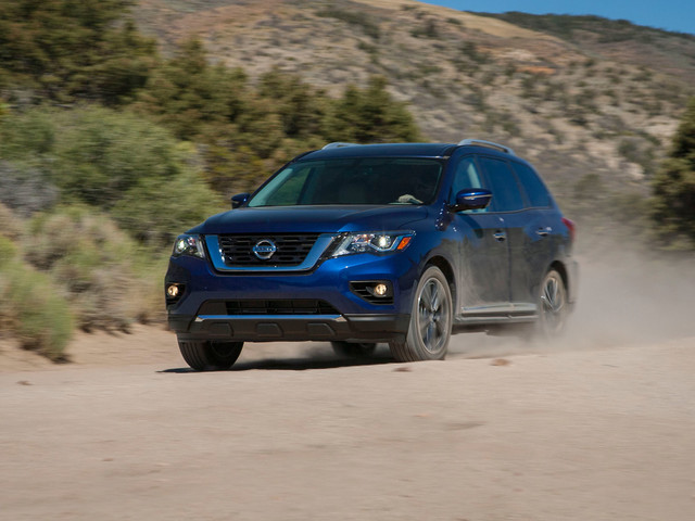 2018 Nissan Pathfinder Review: Its Path Leads Down the Middle of the Road