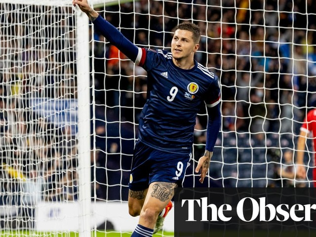 Lyndon Dykes taps in to give Scotland narrow win over Moldova