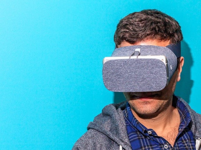 Google abandons its phone-powered virtual reality headset Daydream, admitting almost no-one used it (GOOG)